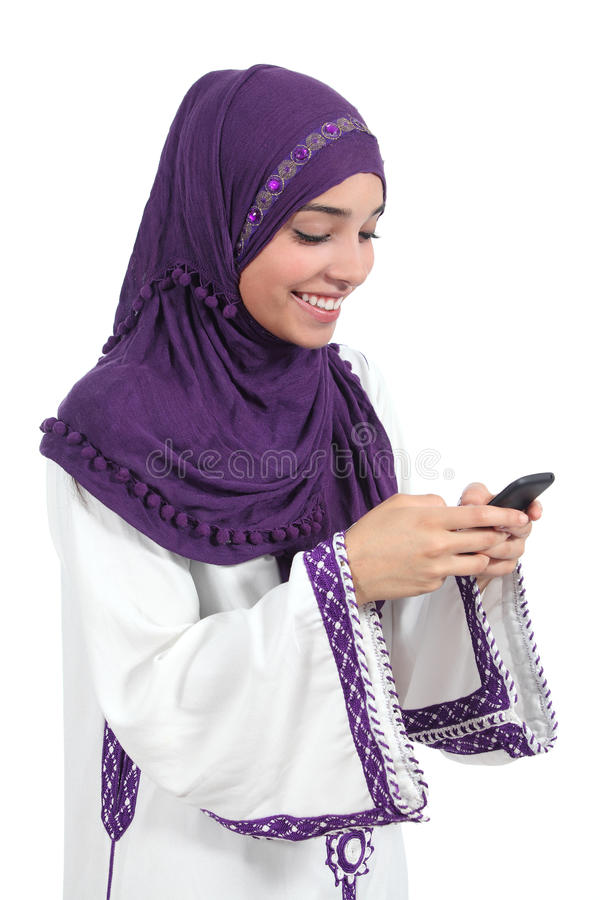Schöne arabische Frau, die ihr intelligentes Telefon grast lizenzfreie stockfotos