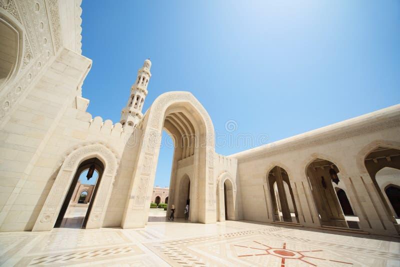 Schöne Architektur innerhalb der großartigen Moschee in Oman stockfotografie
