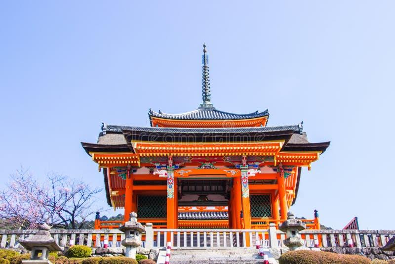 Schöne Architektur innerhalb Kiyomizu-deratempels während der Kirsch-Kirschblüte-Blütenzeit wird in Kyoto, Japan blühen stockbild