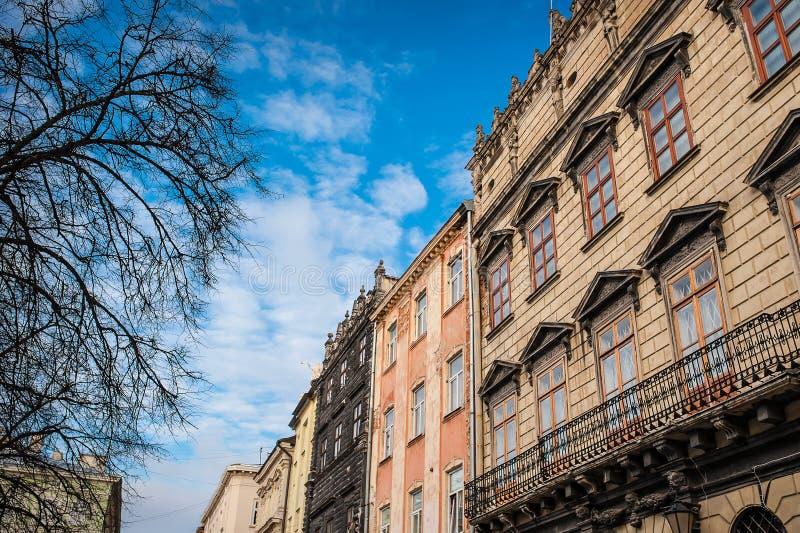 Schöne Architektur von Gebäuden in Lemberg gegen den Himmel lizenzfreie stockfotos