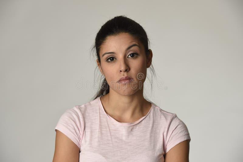 Schöne arrogante und schwermütige lateinische Frau, die negatives Gefühl und Verachtung Gesichtsausdruck zeigt stockfoto