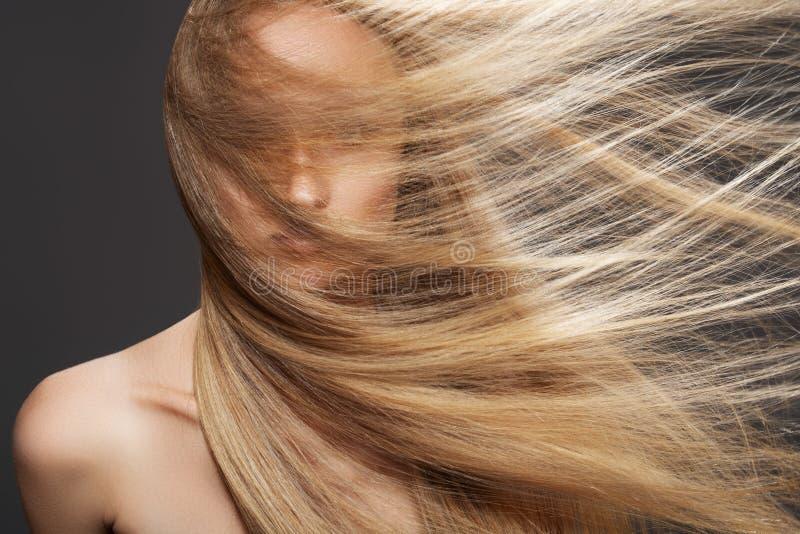 Schöne Art und Weisebaumusterfrau mit dem langen glänzenden Haar lizenzfreie stockfotografie