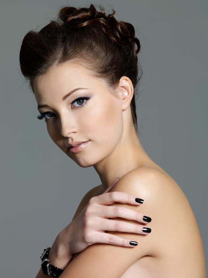 Schöne Art und Weisefrau mit schwarzer Maniküre lizenzfreie stockfotografie