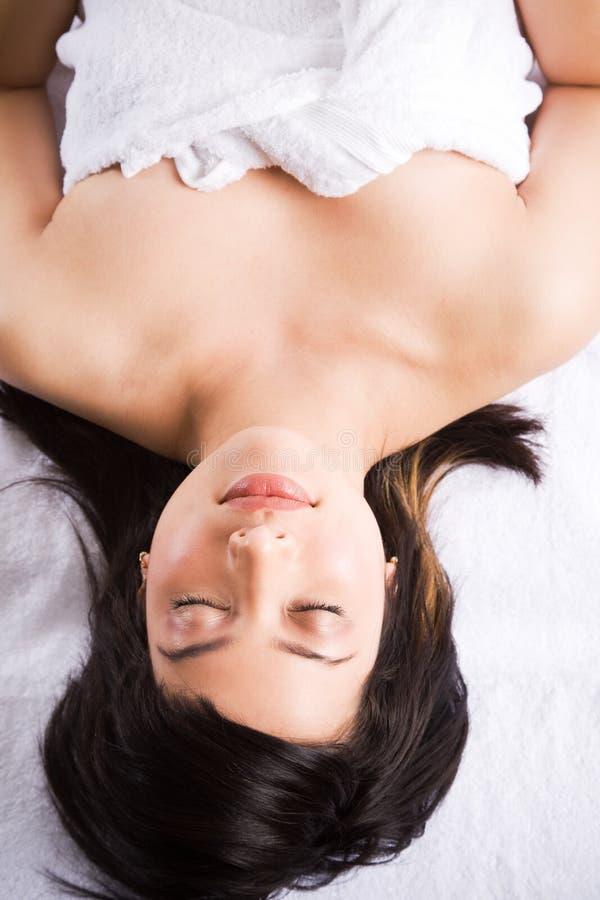 Schöne asiatische Badekurortfrau stockbild