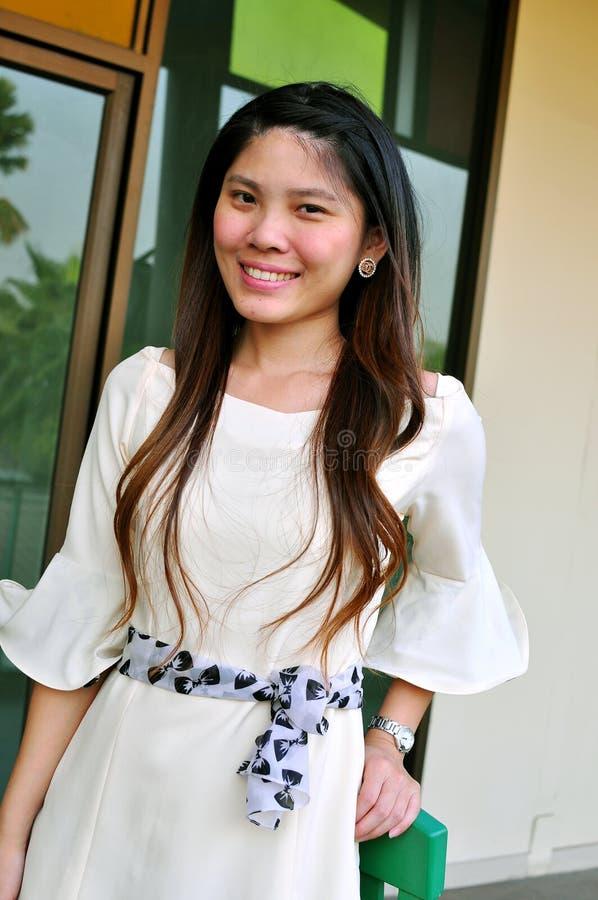 Schöne asiatische Frau des Porträts lizenzfreie stockfotografie
