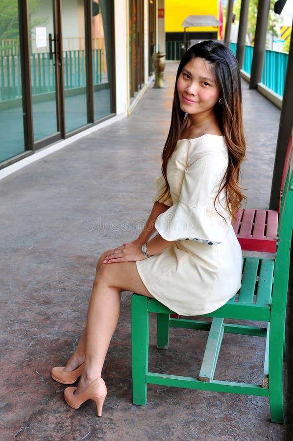 Schöne asiatische Frau des Porträts stockfotos