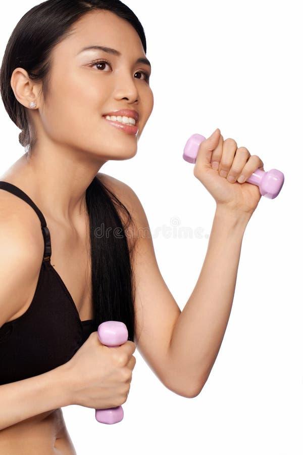 Download Schöne Asiatische Frau, Die Mit Dumbbells Trainiert Stockfoto - Bild von anheben, lächeln: 27730924
