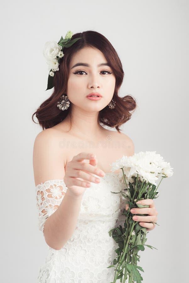 Schöne asiatische Frauenbraut auf grauem Hintergrund lizenzfreies stockbild