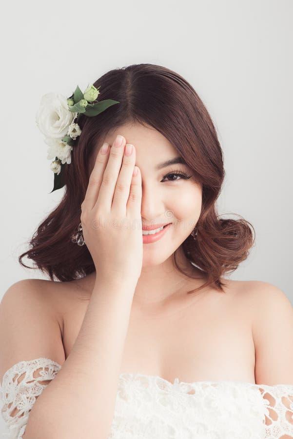 Schöne asiatische Frauenbraut auf grauem Hintergrund Gesicht der Frau lizenzfreie stockfotos