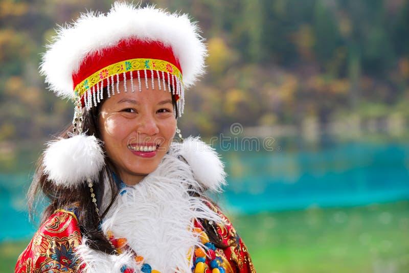 Schöne asiatische junge Frau im Chinesekleid lizenzfreie stockfotos