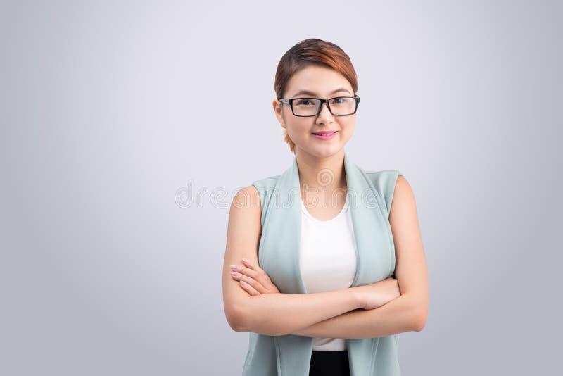 Schöne asiatische junge Geschäftsfrau auf grauem Hintergrund stockbilder