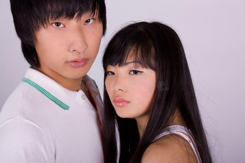 Schöne asiatische liebevolle Paare lizenzfreie stockfotografie