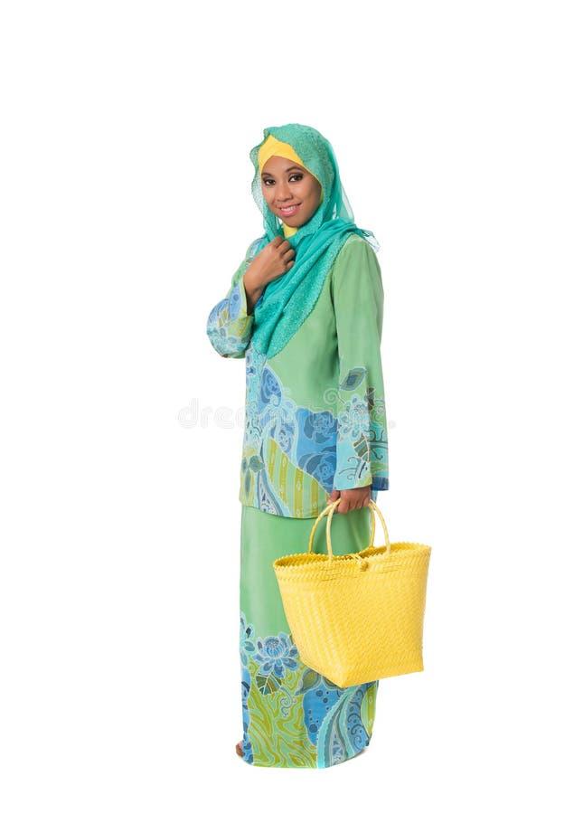 Schöne asiatische muslimah Frau mit hellen Weideneinkaufstaschen Isolator stockbild