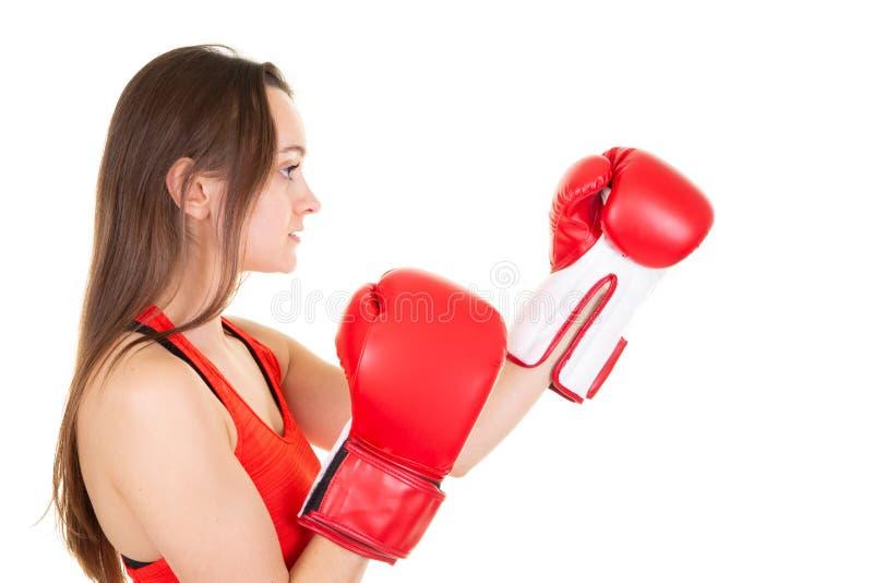 Schöne athletische Frau, die in den roten Handschuhen des Verpackens mit dem langen Haar lokalisiert im weißen Hintergrund schläg lizenzfreie stockfotos