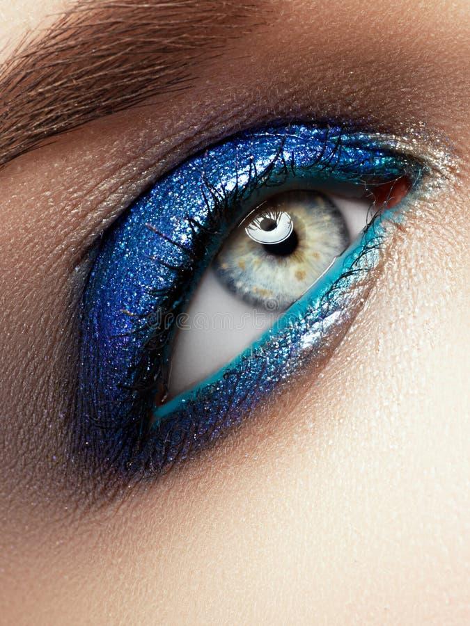Schöne Augen-Retro Art-Make-up Falsche Peitschen Feiertagsmake-updetail stockfoto
