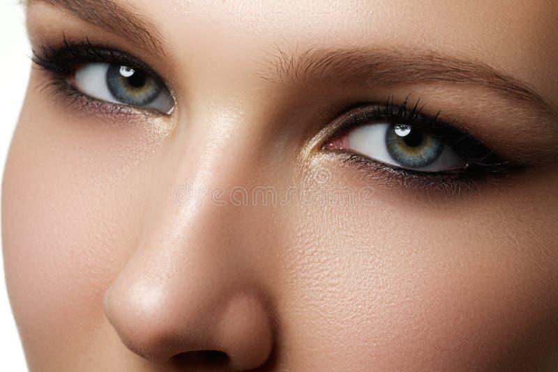 Schöne Augen-Retro Art-Make-up Schönes Augen-Make-up Feiertagsmake-updetail lang lizenzfreie stockbilder