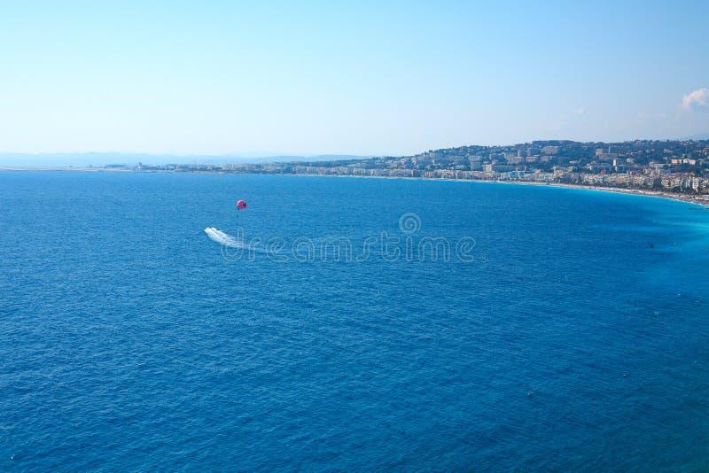 Schöne Aussicht des Strandes an einem sonnigen Tag frankreich Taubenschlag D ` Azur lizenzfreies stockbild