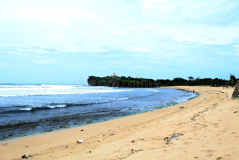 Schöne Aussicht des Strandes und des blauen Ozeans lizenzfreie stockfotos