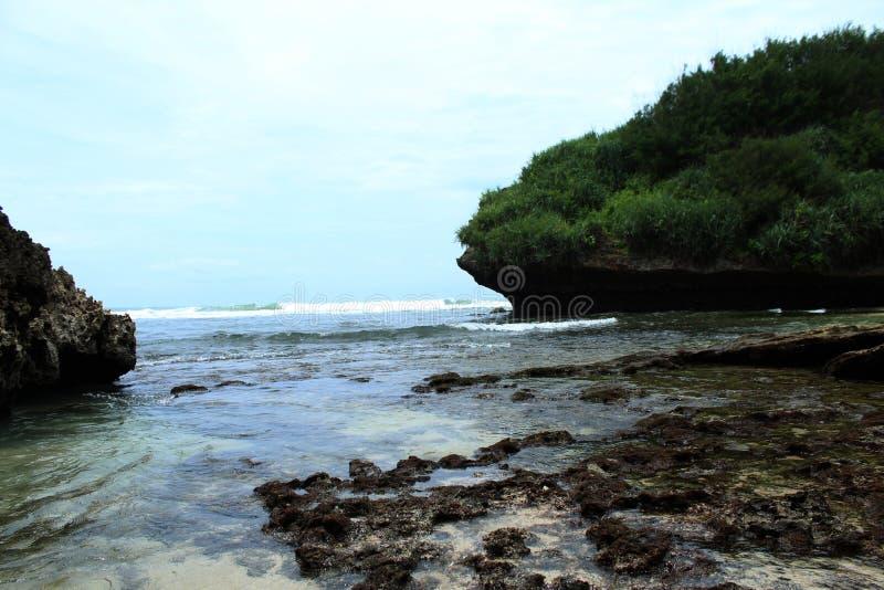 Schöne Aussicht des Strandes und der Koralle mit der Insel im Ozean lizenzfreies stockbild
