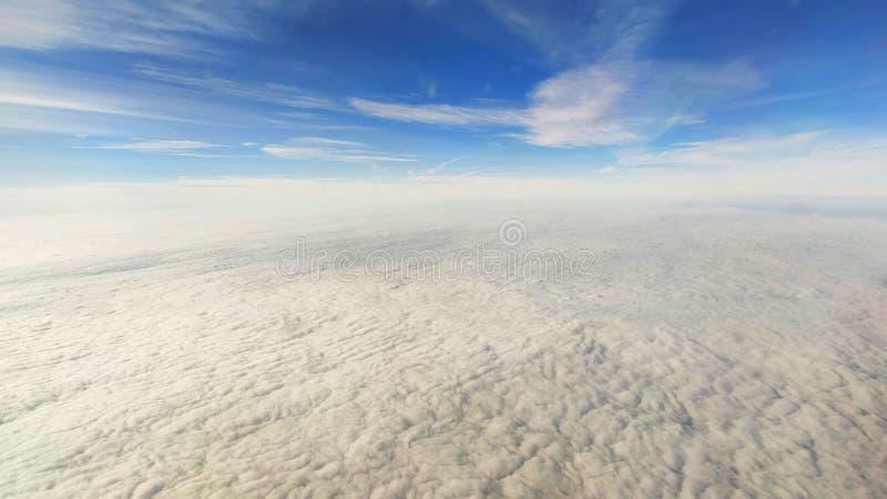 Schöne Aussicht vom Fenster des Flugzeugs stockbilder