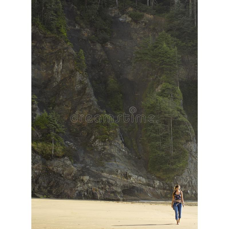Schöne böhmische gehende Frau der Strand des Pazifischen Ozeans in Oregon lizenzfreies stockbild
