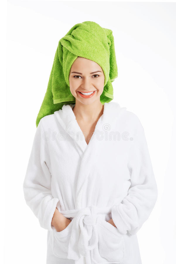 Schöne Badekurortfrau im Bademantel und im Turban. stockbild