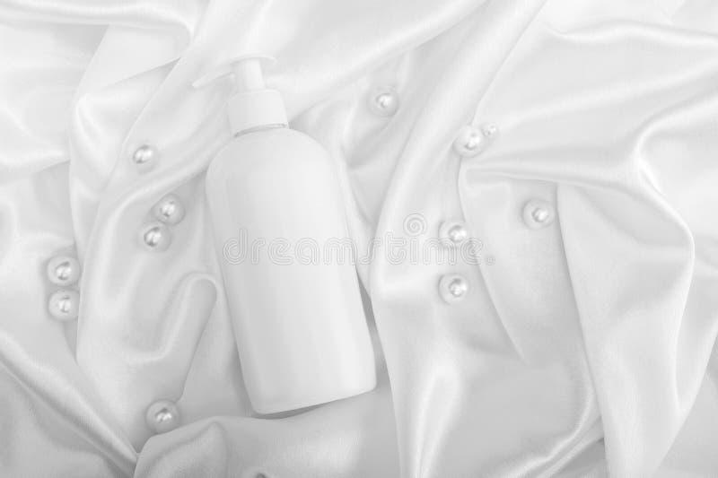 Schöne Badekurortzusammensetzung auf Farbhintergrund lizenzfreies stockbild