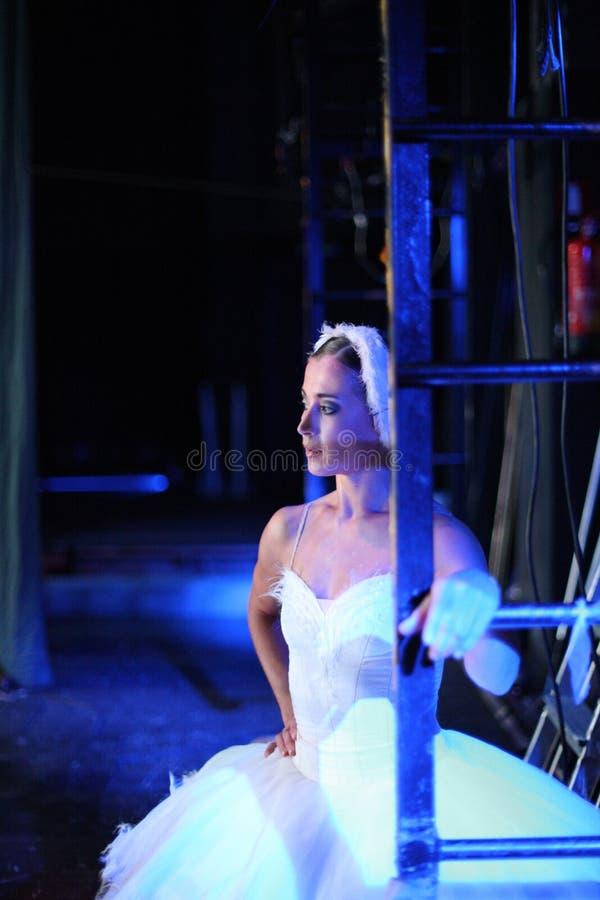 Schöne Ballerina auf der Bühne hinter dem Vorhang lizenzfreie stockfotos