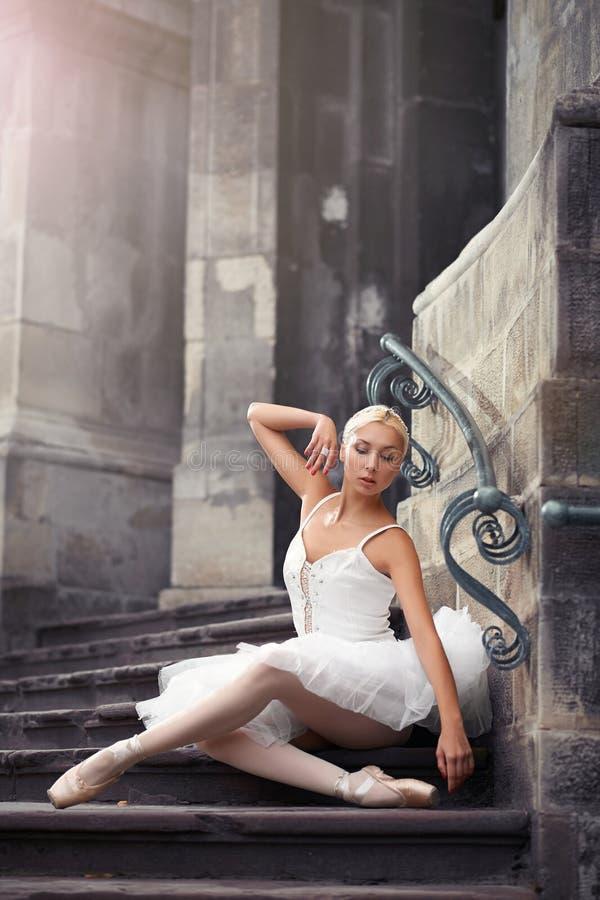 Schöne Ballettfrau auf Treppe stockfoto