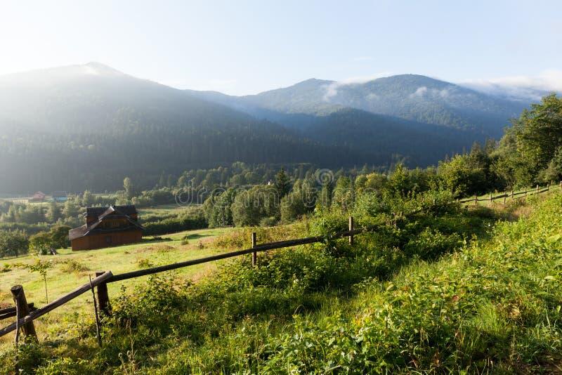 Schöne Bergdorflandschaft Ukraine Karpaten, Naturreisehintergrund stockfotografie