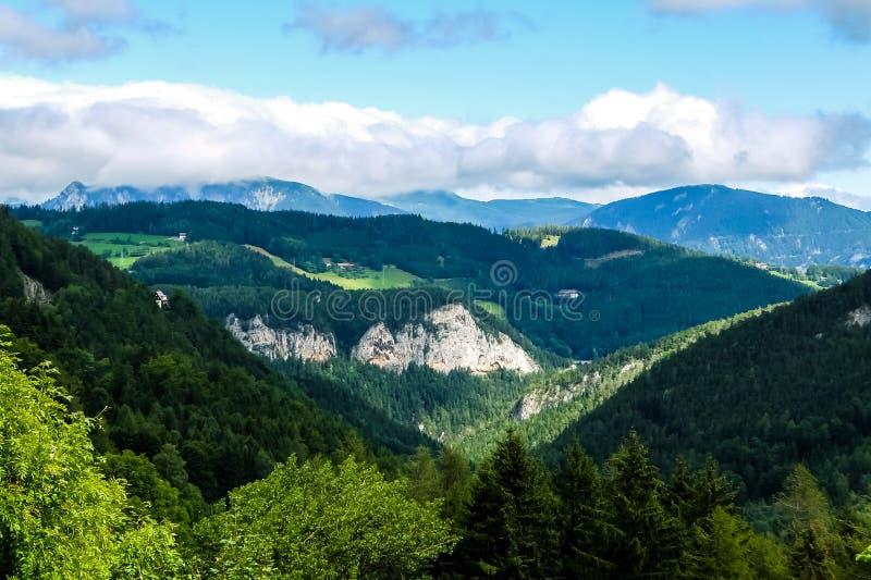 Schöne Berglandschaft in den österreichischen Alpen lizenzfreie stockfotos