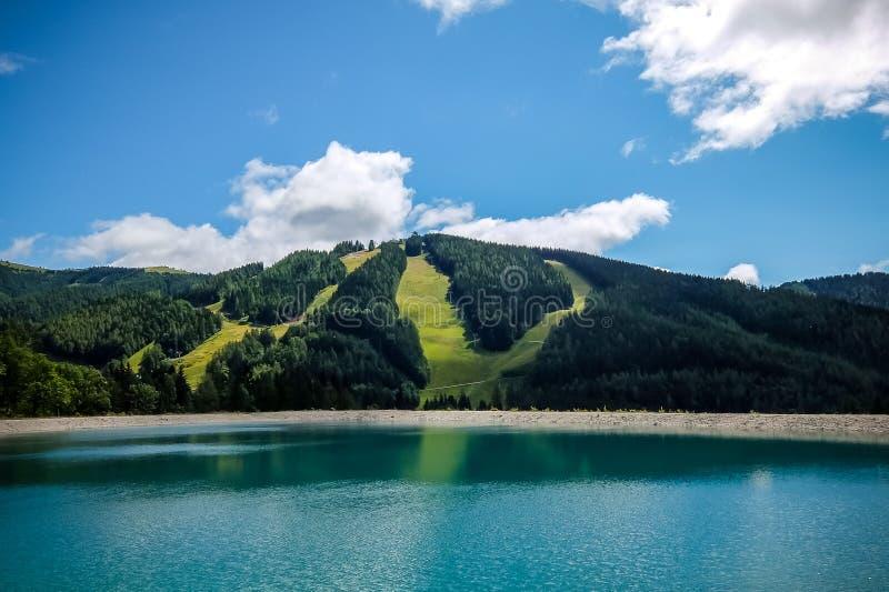 Schöne Berglandschaft mit Ansicht von See Speicherteich in den Alpen von Österreich lizenzfreie stockbilder