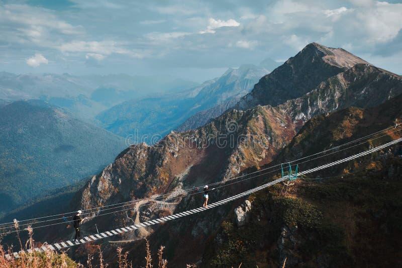Schöne Berglandschaft mit blauem coudy Himmel Extreme Brücke der Suspendierung an Rosa Peak-Spitze stockfotos