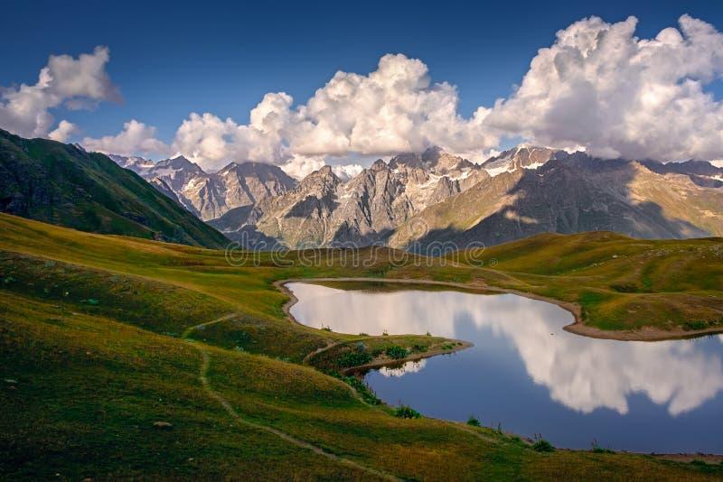 Schöne Berglandschaftsansicht von Koruldi Seen in Svaneti, Land von Georgia stockfoto