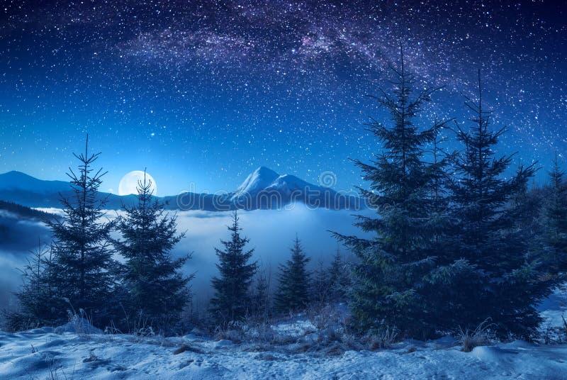 Schöne Bergspitze auf einem Horizont nachts lizenzfreies stockbild