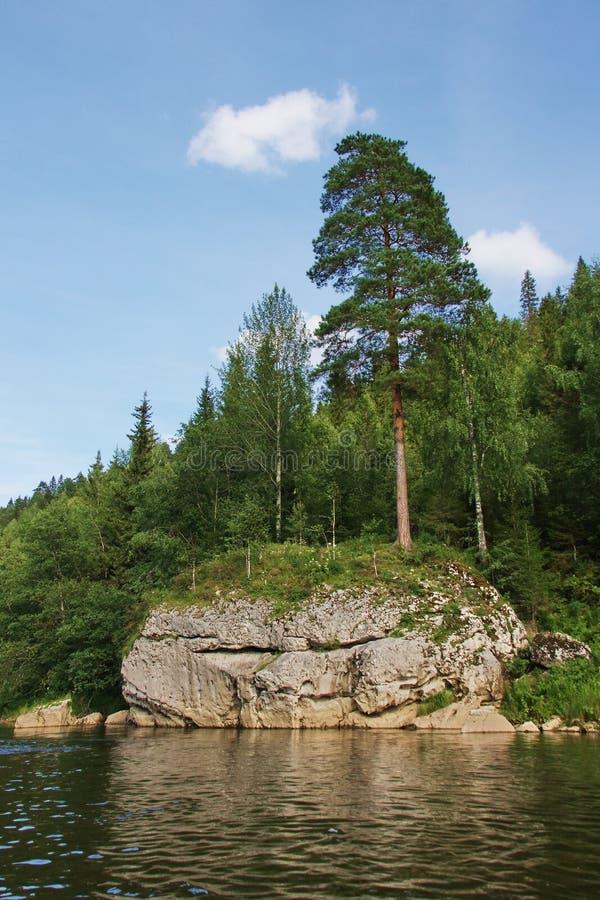 Schöne Beschaffenheit des Ural Flusses Chusovaya lizenzfreie stockfotos