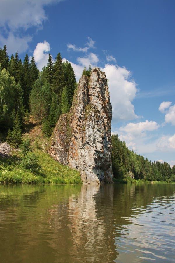 Schöne Beschaffenheit des Ural Flusses Chusovaya stockbild