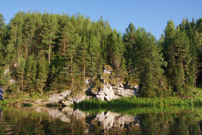 Schöne Beschaffenheit des Ural Flusses Chusovaya lizenzfreies stockfoto