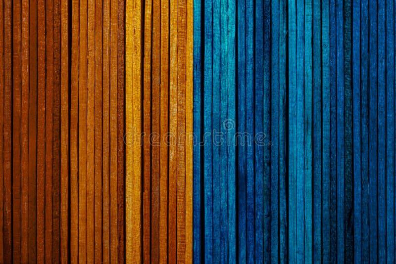 Schöne Beschaffenheit von Naturholzlatten der Leuchtorange und der blauen Farben lizenzfreie stockfotografie