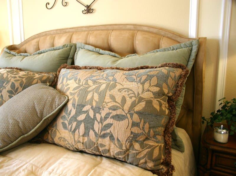 Schöne Bett-Kissen stockfotografie