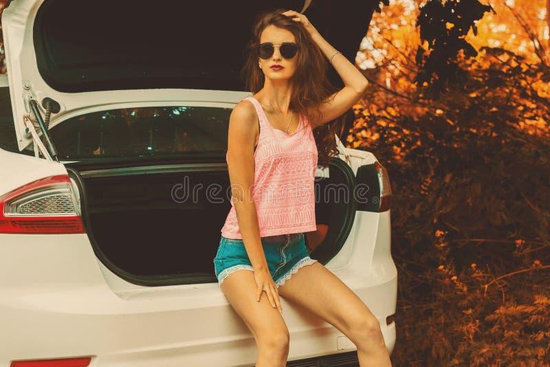 Schöne bezaubernde Dame in den Gläsern draußen stockfotografie