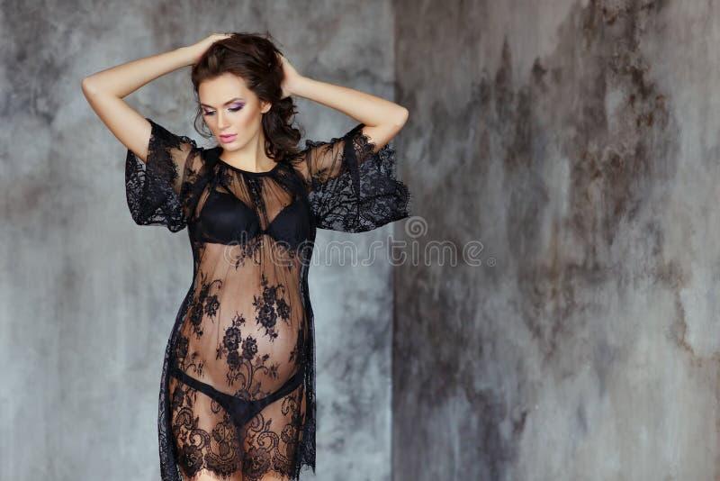 Schöne, bezaubernde und sexy schwangere Frau mit schönem machen lizenzfreie stockfotos