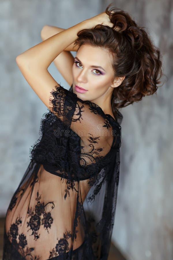 Schöne, bezaubernde und sexy schwangere Frau mit schönem machen lizenzfreies stockbild