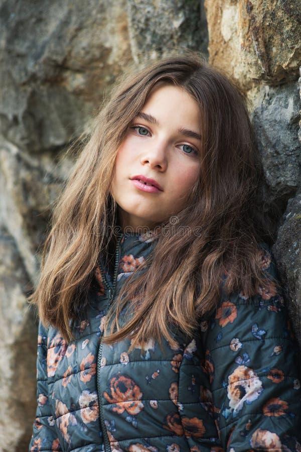 Schöne blaue Augen Jugendmädchen 13 Jahre Outdoorportrait in Winterjacke lizenzfreie stockfotografie
