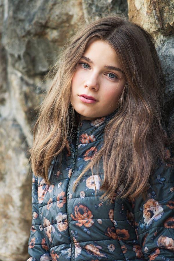 Schöne blaue Augen Jugendmädchen 13 Jahre Outdoorportrait in Winterjacke lizenzfreie stockfotos