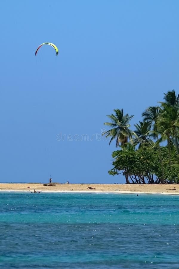 Schöne blaue Bucht, Segeltuch-Drachen-Surfer im Himmel lizenzfreie stockfotografie