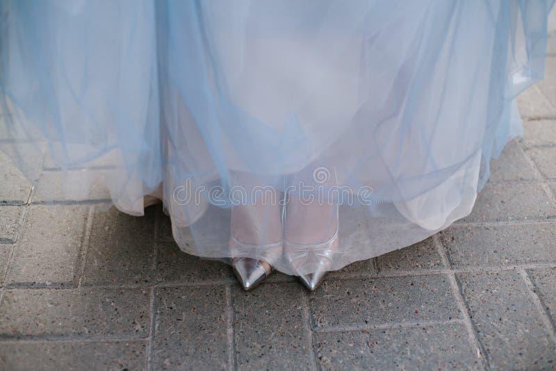 Schöne blaue Fersenschuhe auf blauem Hintergrund lizenzfreies stockfoto