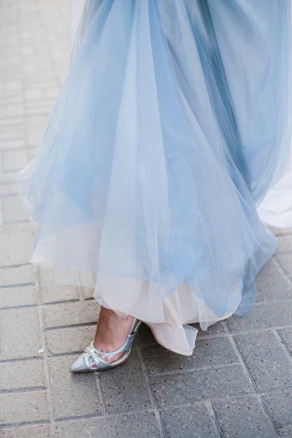 Schöne blaue Fersenschuhe auf blauem Hintergrund stockbild