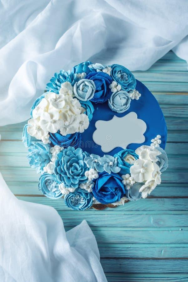 Schöne Blaue Hochzeitstorte Verziert Mit Weißen Blumen Der Creme ...