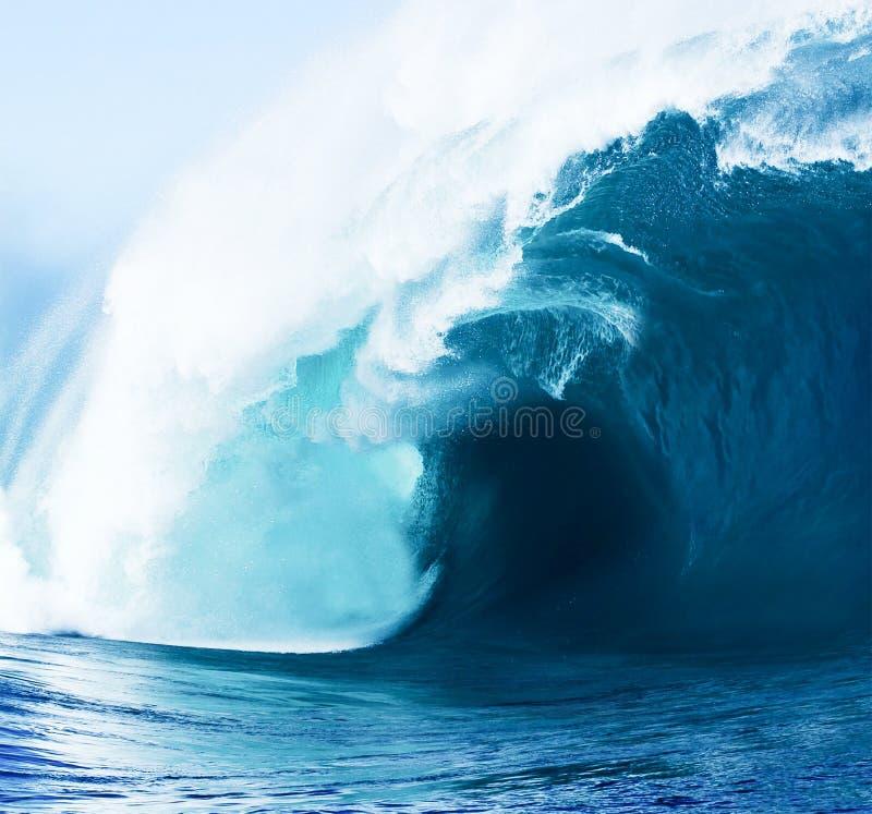 Schöne blaue Ozean-Welle stockbild